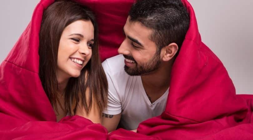 die glückliche Paare tun, bevor sie schlafen gehen